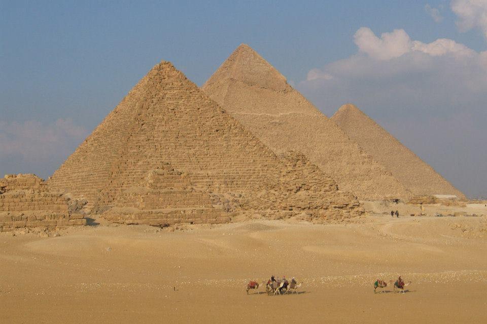 Belle vue sur les grandes pyramides au Caire en Egypte. Un vortex terrestre majeur