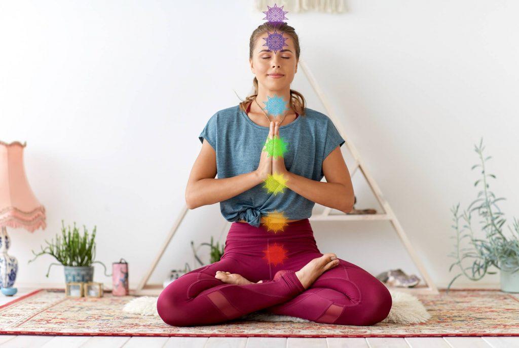 le 7ème Chakra marqué sur une femme en méditation